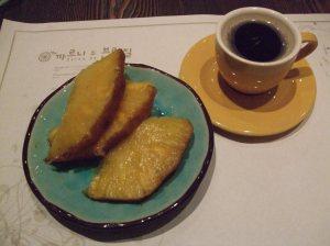 Sobremesa - churrasco de abacaxi com café
