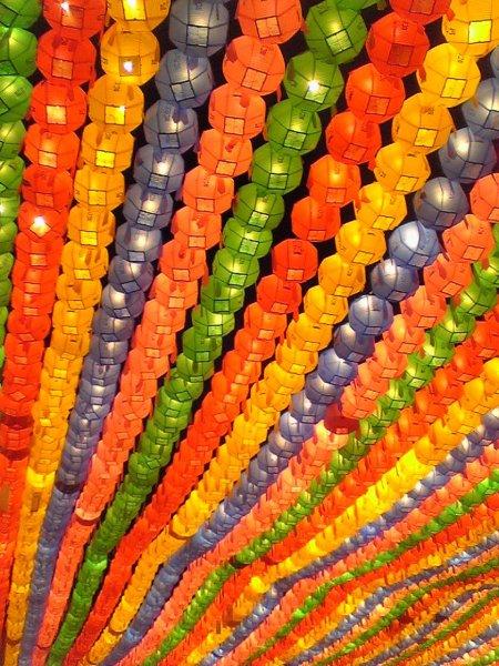 Laternas coloridas para celebrar o aniversário de Buda