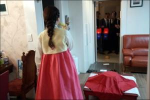 Entrando na casa da noiva com os presentes